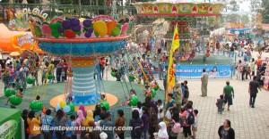 keseruan di festival bandung carnival land yang terdapat wahana permainan